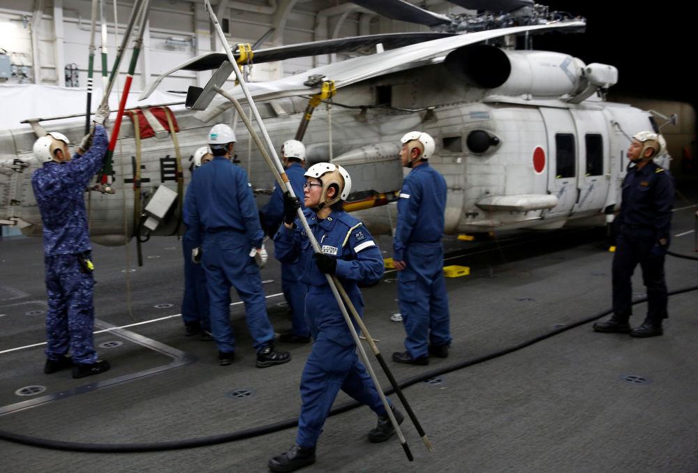 管理直升機在甲板著陸事宜的 31歲女軍官Akiko Ihara表示:世界各地的女性都在更廣泛的領域工作,我認為日本也要緊跟步伐。加賀號直升機母艦上的女性比例約為9%。