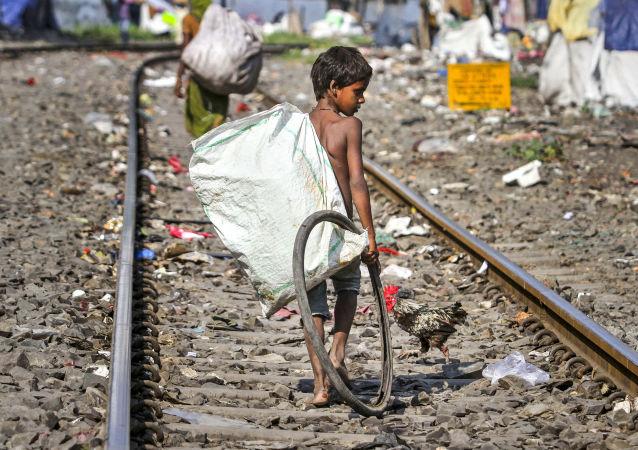 Собиратели мусора на железнодорожных путях в индийском городе Гувахати