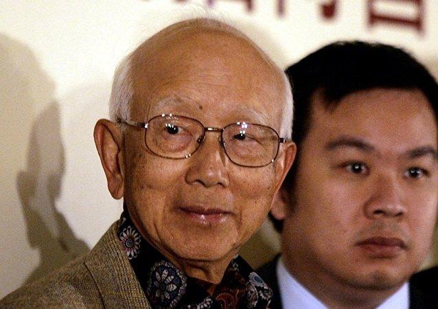 傳奇的香港電影製片人鄒文懷先生(左邊)