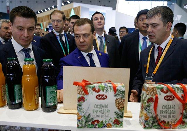 俄總理梅德韋傑夫參觀進博會俄農產品展位