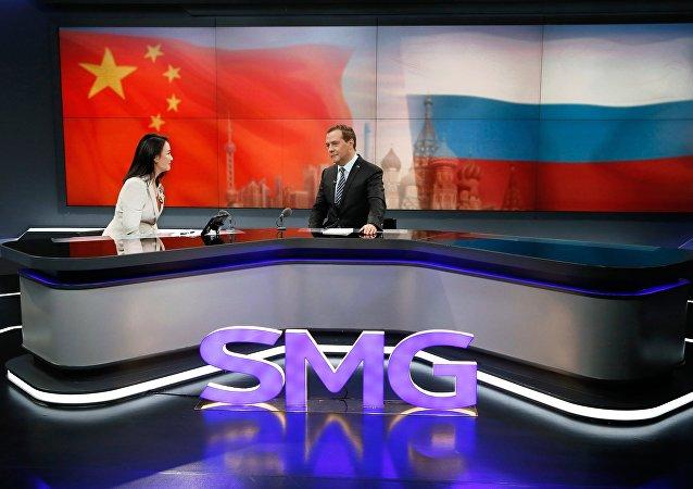 梅德韋傑夫5日在上海東方傳媒集團的演播室出席了在線