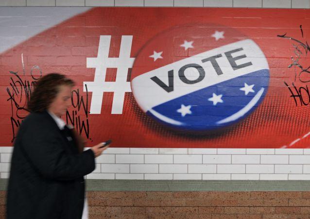 Прохожая у плаката, посвященного голосованию на выборах президента США, в Нью-Йорке