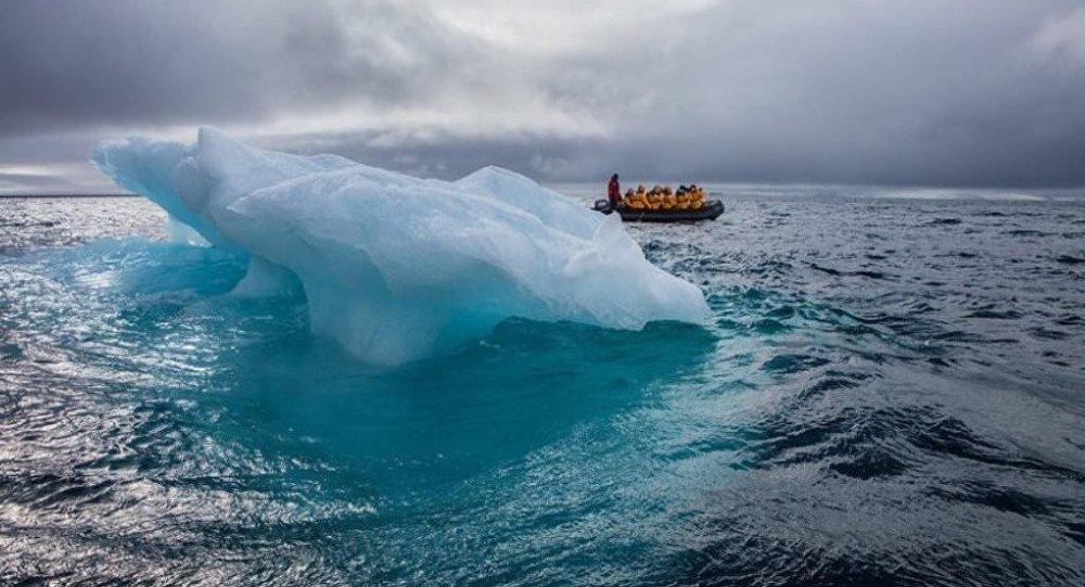 深藍碧綠的冰山