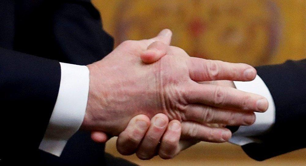 特朗普和馬克龍的握手