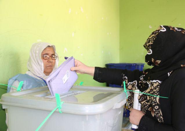 阿富汗投票點在週六總統選舉日早晨開放