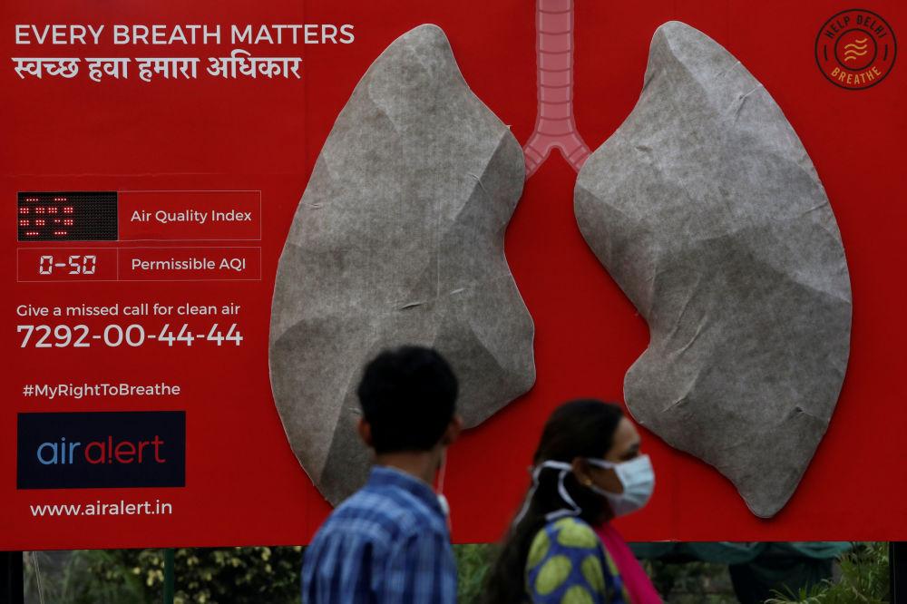 印度新德里的醫院在展示受到空氣污染的肺部模型