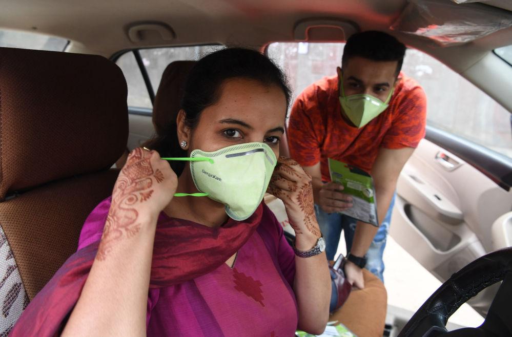 印度「Red FM 」電台的主持人戴著防護面具,新德里,印度
