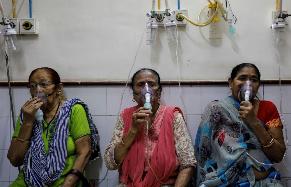 在醫院裡戴著氧氣面罩的婦女,新德里,印度