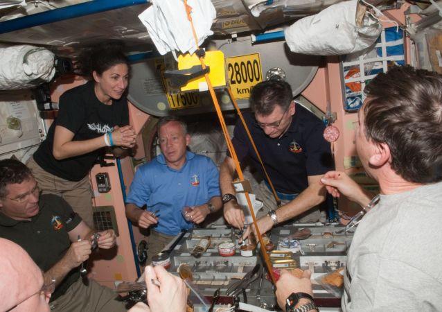 俄宇航員在國際空間站擺香檳照片迎接新年