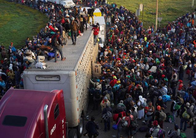 民調:多數美國人認為「大篷車移民「威脅國家安全