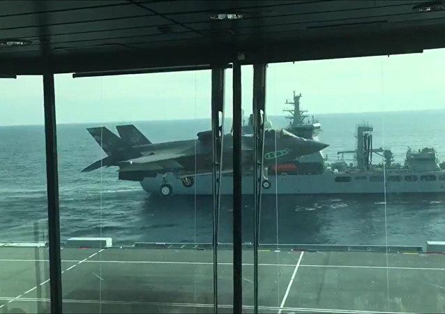 F-35B戰機首次完成垂直著艦