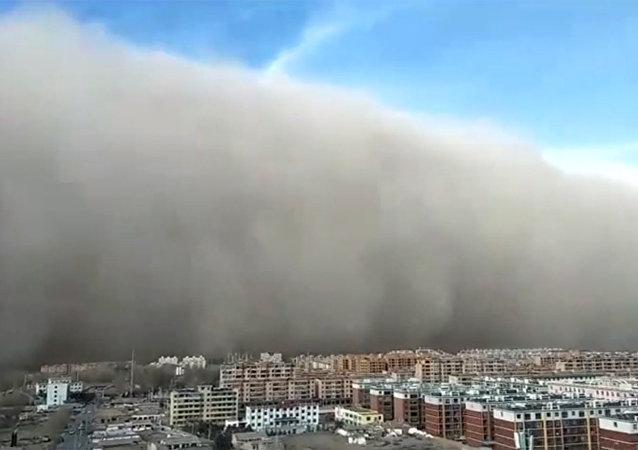 百米沙牆來襲 大風吹動汽車