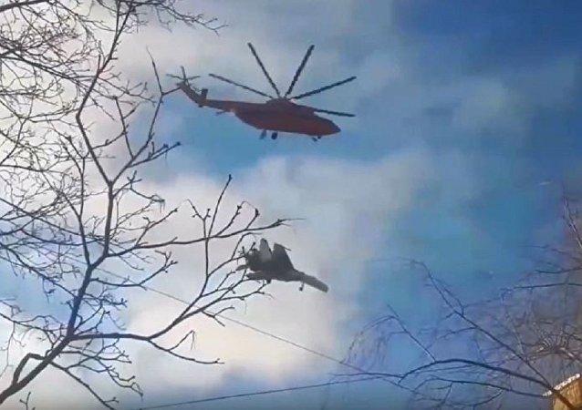 直升機運送蘇-27被視頻拍到