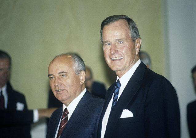前蘇聯領導人戈爾巴喬夫 (左)和美國前總統老布什