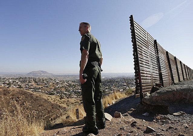 白宮:特朗普打算無視民主黨人立場堅決築牆