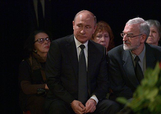 普京出席人權捍衛者阿列克謝耶娃的遺體告別儀式
