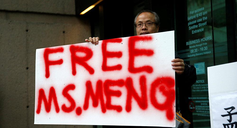 Мужчина с плакатом с надписью Free MS. Meng