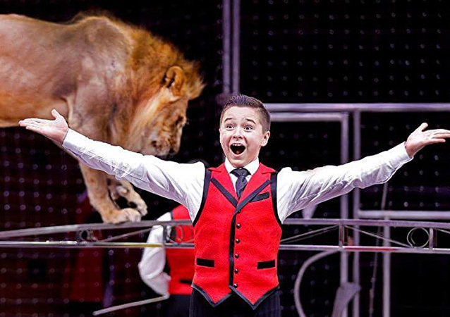 世界上最年輕的訓獅人之一鐵木兒·岡察洛夫講述自己兩歲時首次進入獅籠的情景