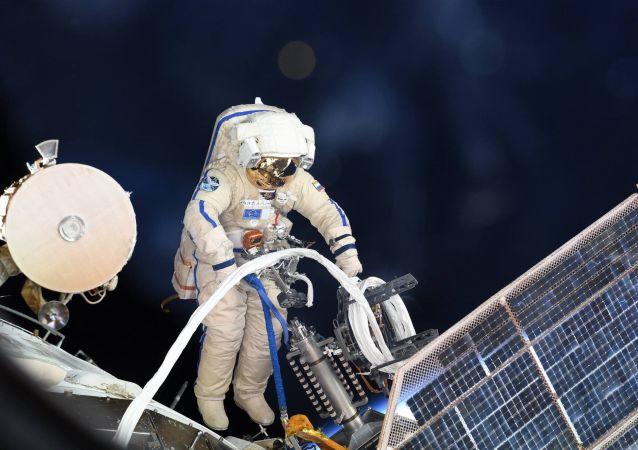 俄宇航員將在出艙期間把用過的設備丟進太空