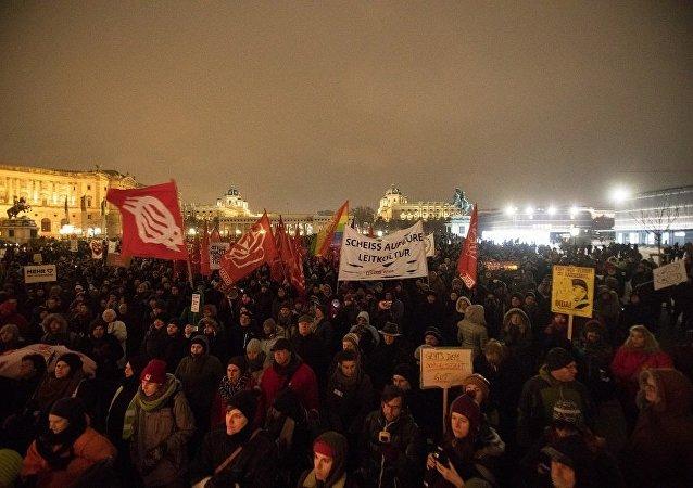 維也納約17000人參加反政府遊行示威活動