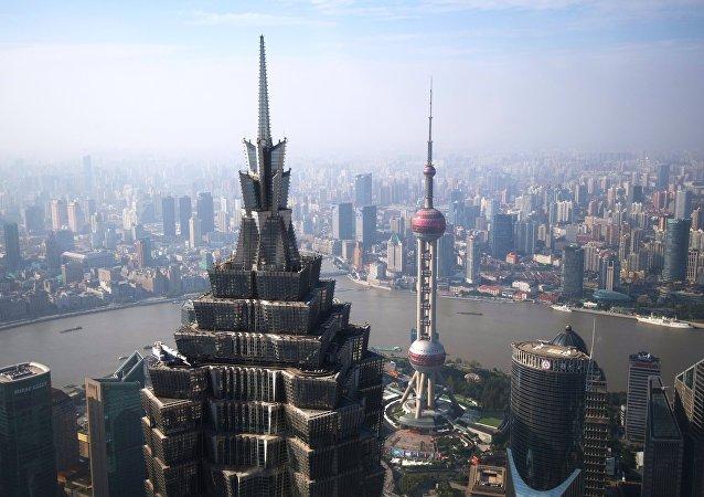 Башня Цзинь Мао и Восточная жемчужина в районе Пудун в Шанхае. Архивное фото.