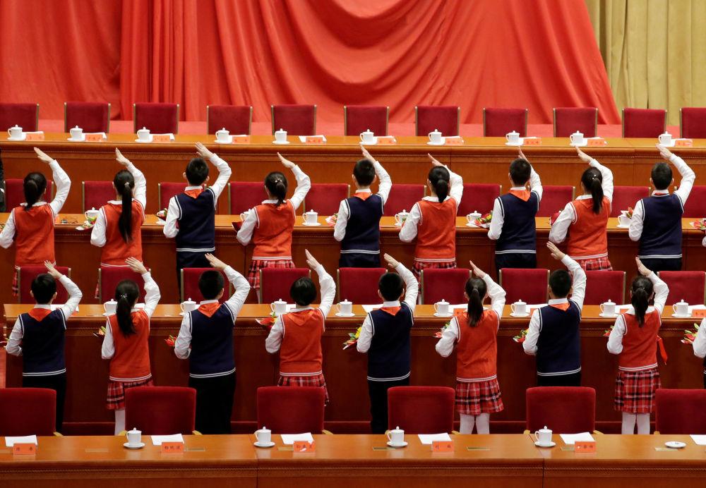 學生們正在為慶祝中國改革開放40週年的活動做準備。