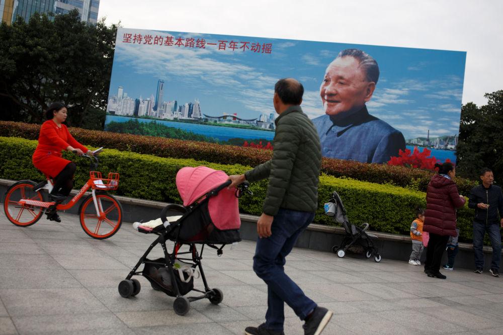 有鄧小平畫像的宣傳畫