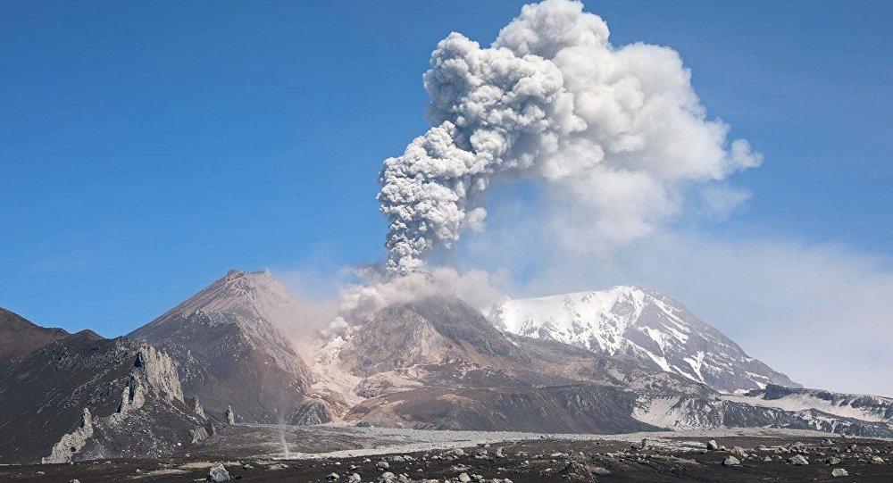 堪察加希韋盧奇火山噴出10千米高灰柱