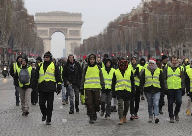 媒體:法國22日黃背心運動參與者人數超過3.8萬