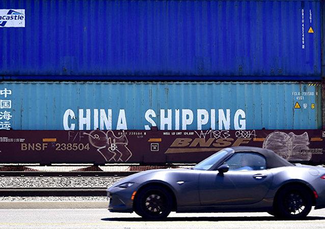 Грузовые контейнеры с китайскими товарами.