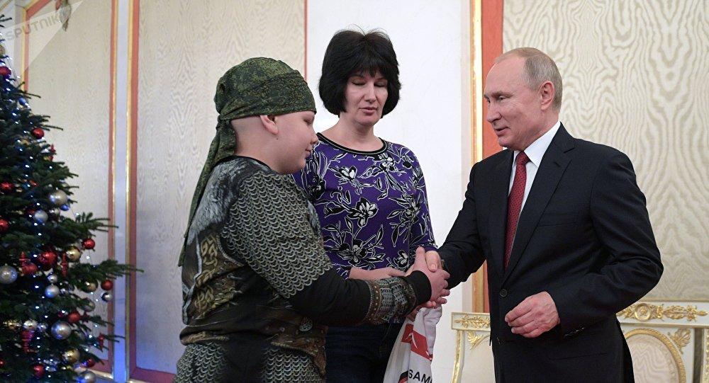 普京與生病的男孩握手