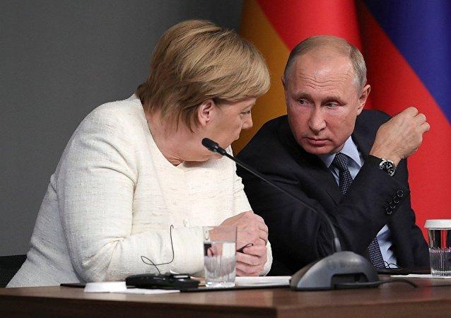 俄羅斯總統普京(右)和德國總理默克爾