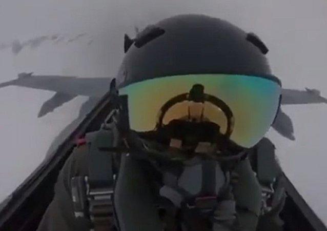 閃電擊中F-18戰鬥機的視頻現網絡