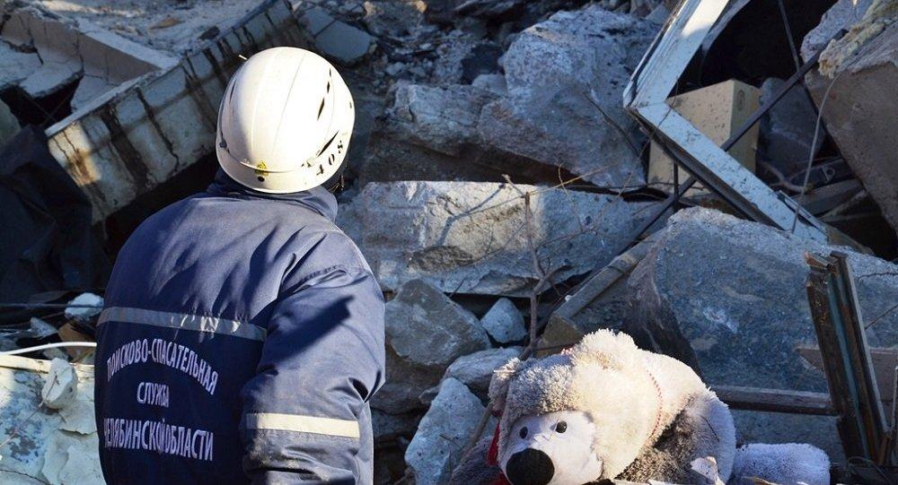 俄居民樓因燃氣爆炸坍塌後目前或有36至40人被埋廢墟下