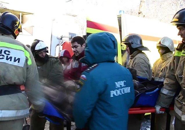 救援人員在馬格尼托爾斯克的廢墟下發現了一個11月大的孩子