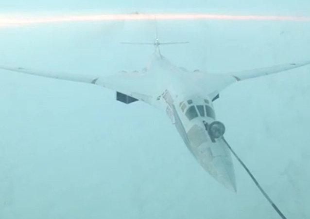 俄國防部發佈圖-160和圖-95MS戰略導彈轟炸機空中加油的視頻