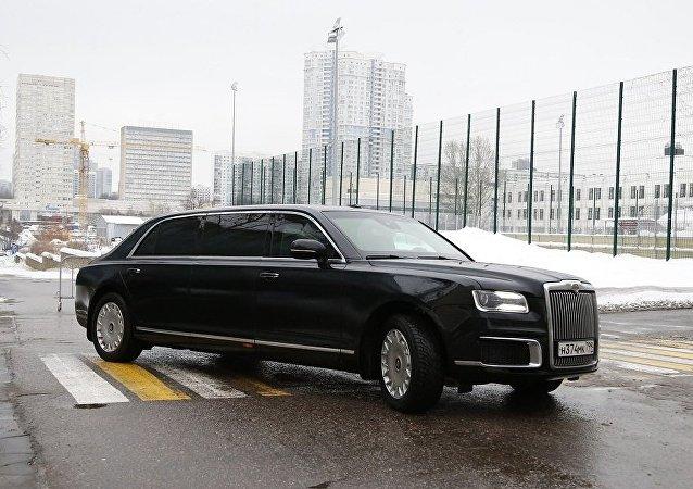 俄總理新聞秘書:俄總理首次乘坐國產豪華轎車參加聖誕祈禱儀式