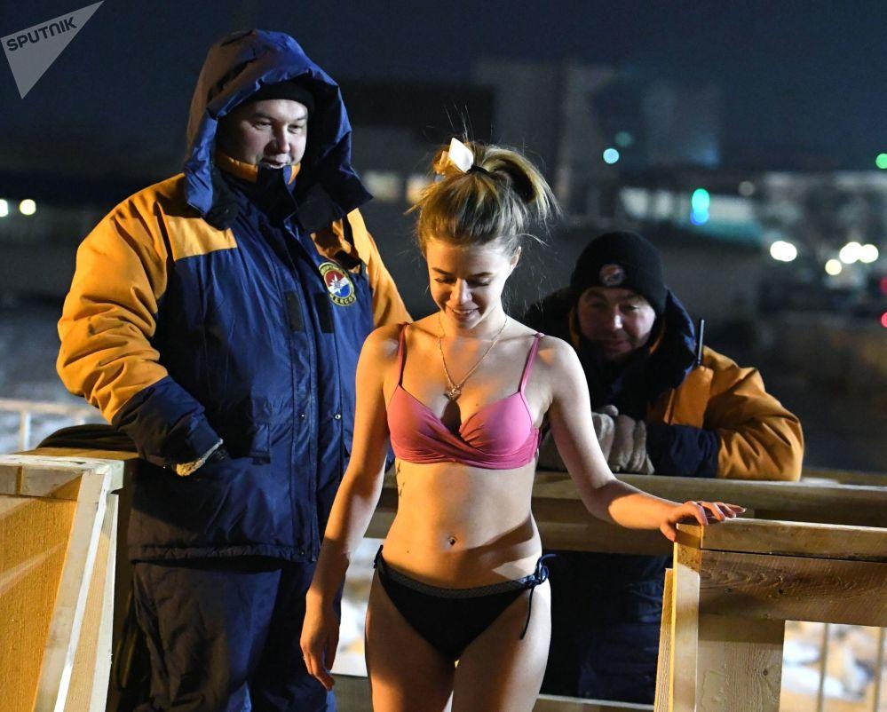 女孩在符拉迪沃斯托克進行主顯節沐浴