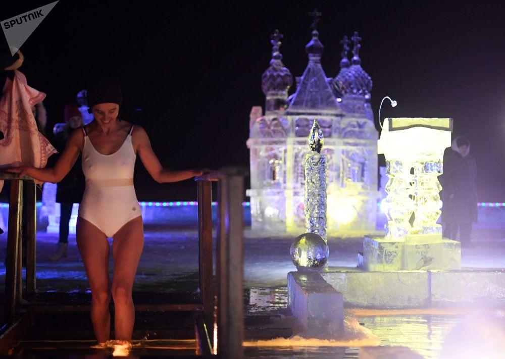 女孩在韃靼斯坦共和國拉伊夫斯湖湖上進行夜間主顯節沐浴