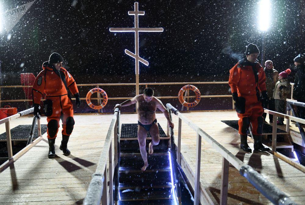 莫斯科為主顯節沐浴信徒提供服務的救助人員