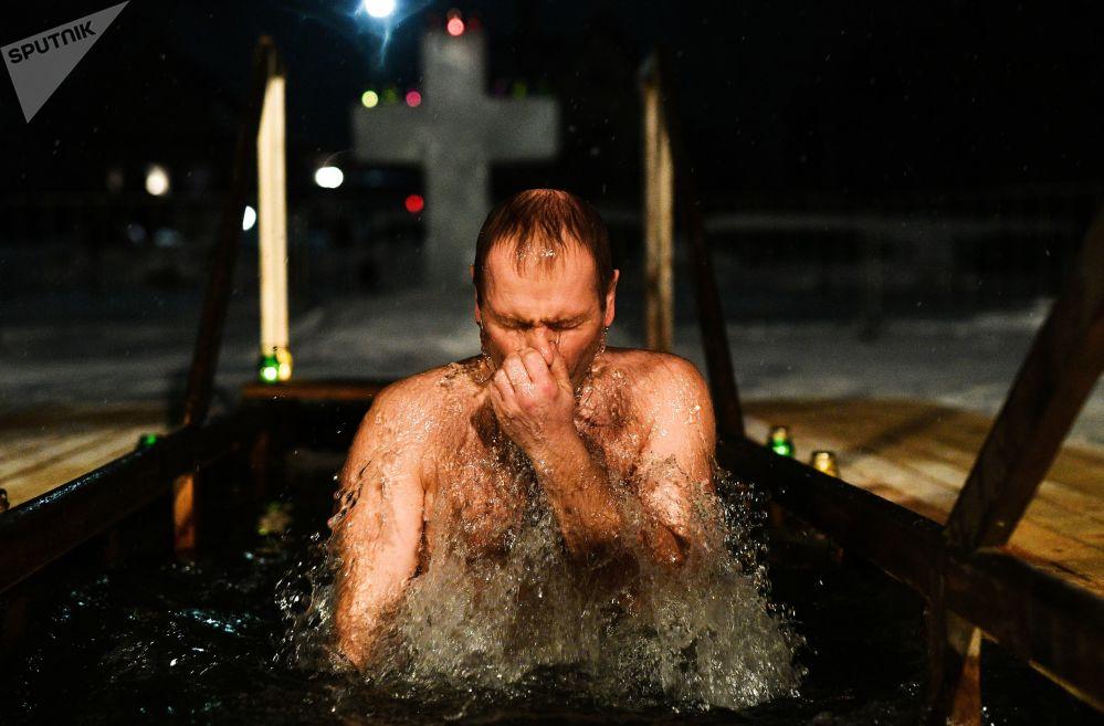 男子在佩列斯拉夫爾-扎列斯基主顯聖容教堂沐浴慶祝主顯節