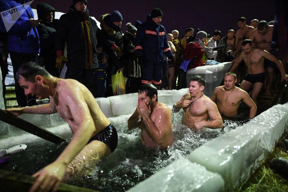 信徒在新西伯利亞水力發電站水庫進行主顯節沐浴