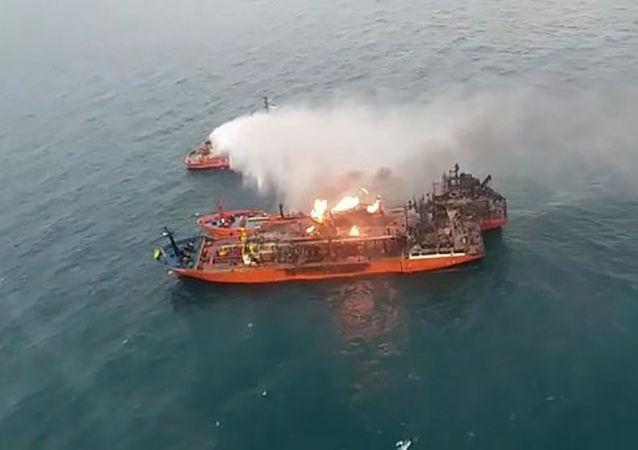黑海兩艘油輪上的火勢仍未停止