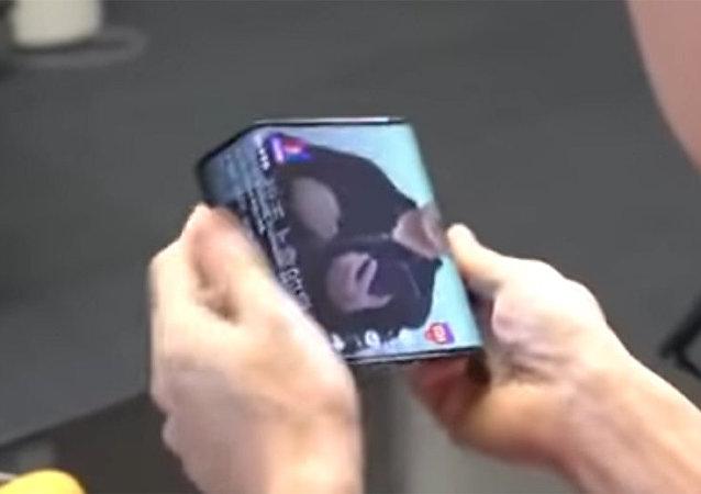 小米總裁展示可折疊智能手機原型