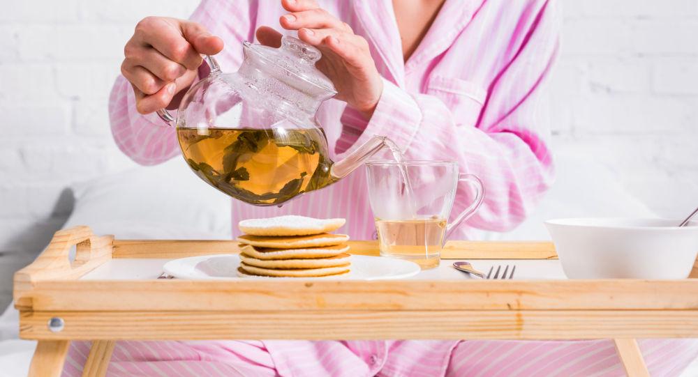 Девушка наливает зеленый чай