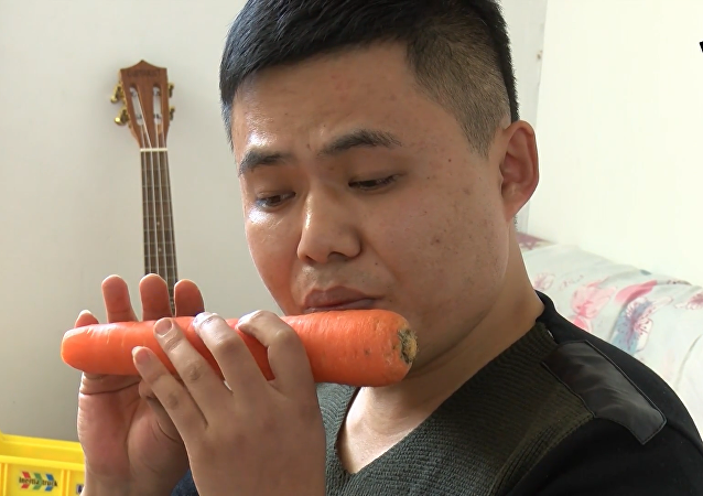 山東小伙用蔬菜做樂器