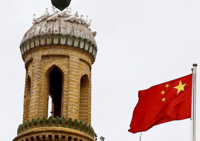 Китайский флаг на башне в Кашгаре, Синьцзян-Уйгурский автономный район, Китай