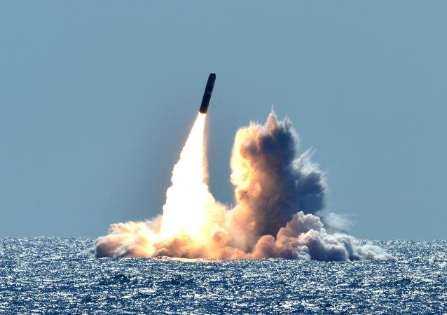 Пуск американской баллистической ракеты Trident II D5 с подлодки USS Nebraska около берегов Калифорнии.