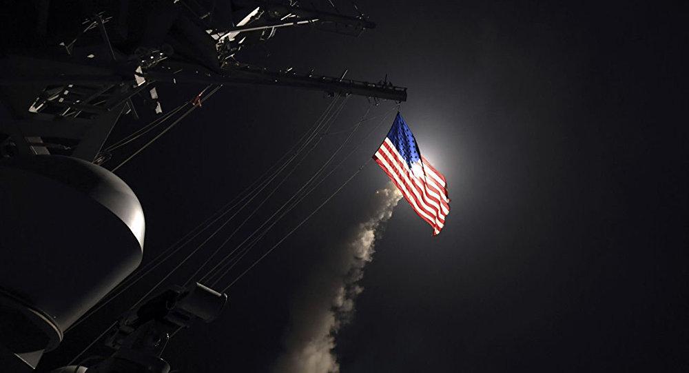Запуск ракеты Томагавк с ракетного эсминца USS Porter в Средиземном море
