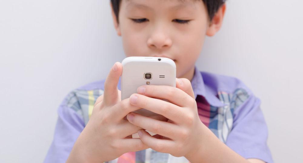 華媒:安徽合肥9歲男童因暑期狂玩手機,眼睛變成鬥雞眼